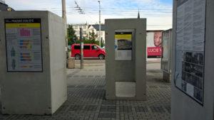 Výstava je volně přístupná na Senovážném náměstí před KD Metropol.