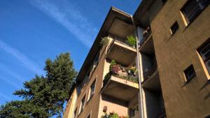 Pohled na fasádu nezatepleného bytového domu v Praze