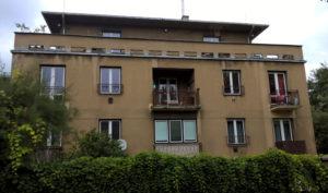 Pohled na starý bytový dům, který potřebuje zateplit